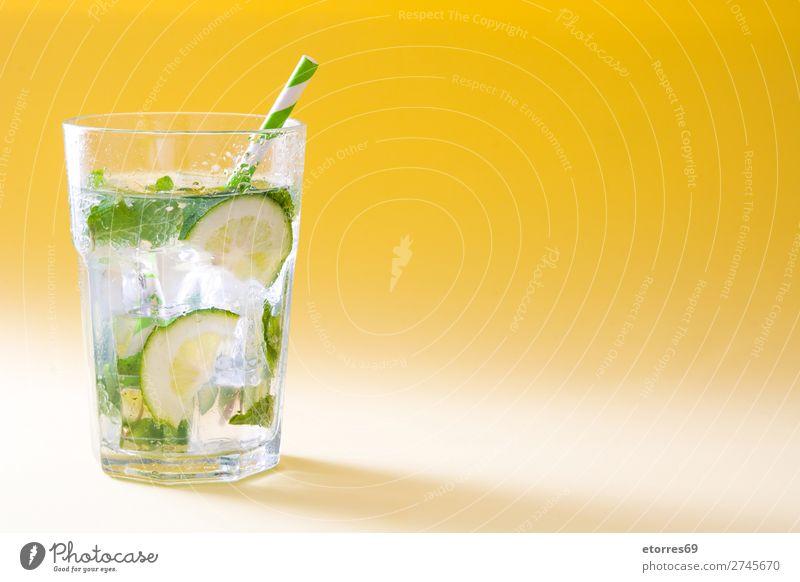 Mojito-Cocktail im Glas auf gelbem Hintergrund Getränk trinken Alkohol Erfrischung Sommer Kalk grün Minze Saft Rum kalt Eis Mischmaschine Mixer Frucht Zutaten