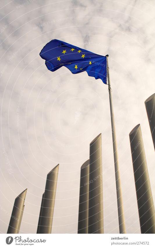 Europa blau Stadt Architektur Gebäude Wind Fahne Zeichen Bauwerk Zaun Sturm Stress Stahl Stadtzentrum Hauptstadt wehen