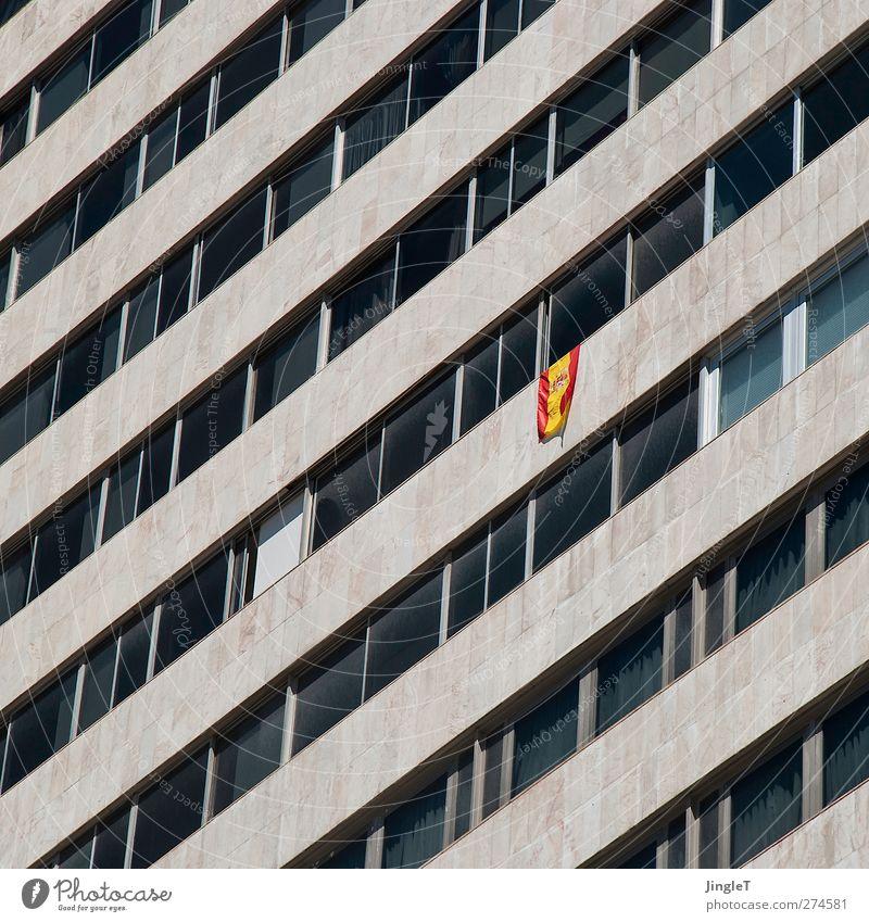 Fan-Meile [spanish version] Fenster Architektur Fassade Hochhaus Bauwerk diagonal Reihe hängen Spanien Bildausschnitt Symmetrie Geometrie Patriotismus