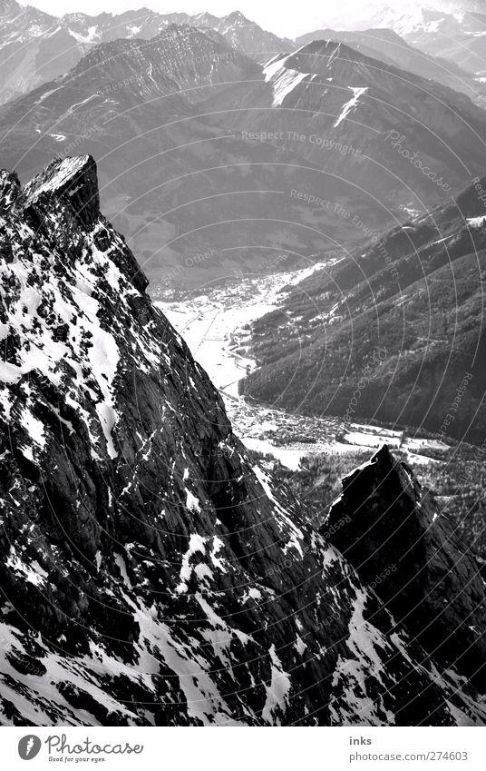 Zwischen hier und dort. Ferien & Urlaub & Reisen schön weiß Landschaft Ferne schwarz Berge u. Gebirge grau Freiheit Stein oben frei Abenteuer Urelemente Gipfel