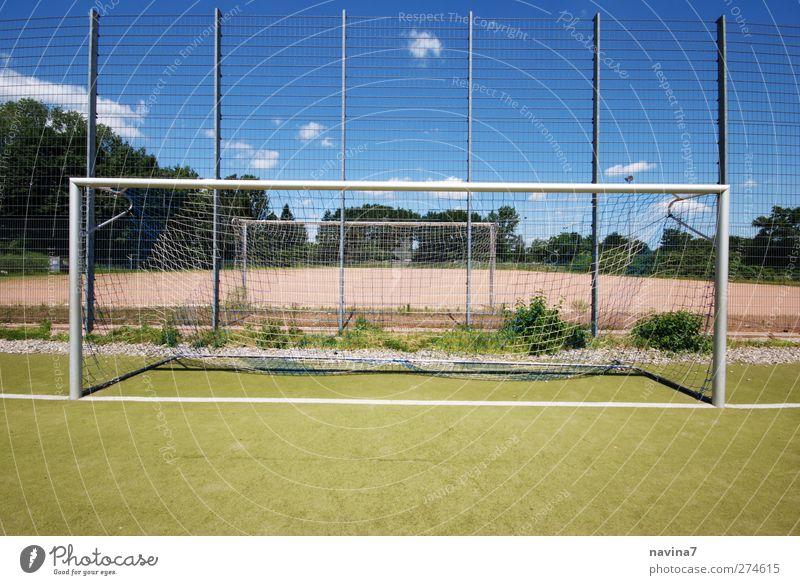 nach dem Spiel ist vor dem Spiel Ballsport Torwart Sportstätten Fußballplatz blau Langeweile Sportrasen leer Ende Farbfoto mehrfarbig Außenaufnahme Menschenleer