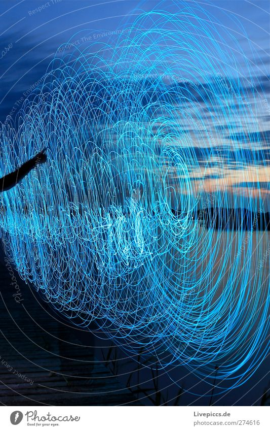 da Licht Mensch feminin Arme 1 Kunst Künstler Maler Natur Himmel Wolken Sonnenaufgang Sonnenuntergang Pflanze Baum Seeufer Strand Wasser drehen leuchten blau