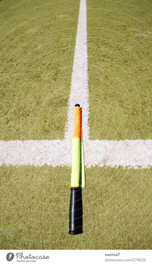 auf der Linie Sport Ballsport Schiedsrichter Linienrichter Fußballplatz grün orange weiß Wachsamkeit Fahne Farbfoto mehrfarbig Außenaufnahme Menschenleer