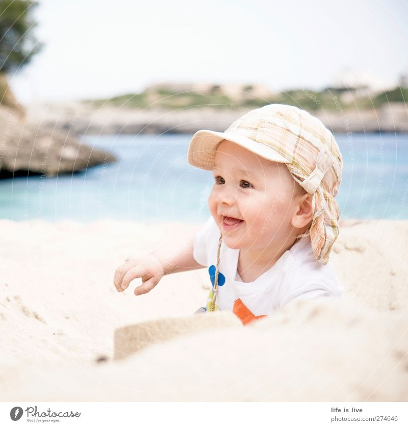 sandmann II Sommerurlaub Strand Kind Baby Junge Kindheit 1 Mensch 0-12 Monate Sand Meer Mittelmeer Lächeln Spielen leuchten Fröhlichkeit Glück niedlich Fernweh