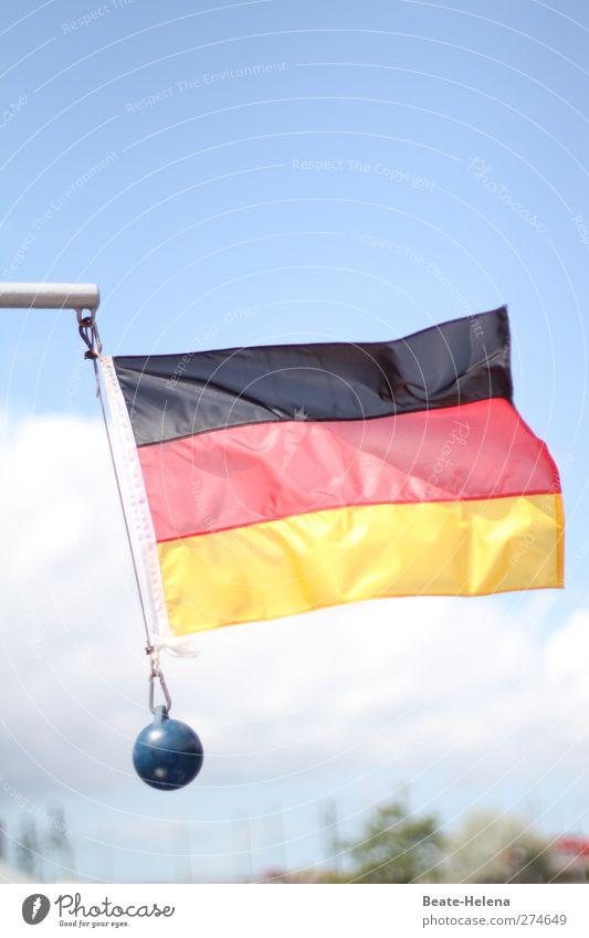 Es liegt was in der Luft ... Deutschland Wind Fahne Deutsche Flagge schwingen flattern luftig Patriotismus Nationalflagge Vor hellem Hintergrund