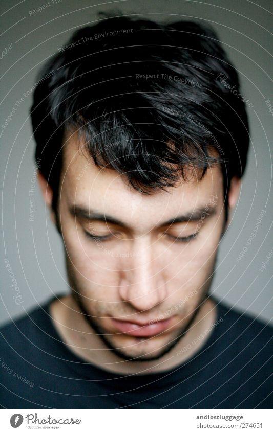 nicolas lässt den kopf hängen. Mensch maskulin Junger Mann Jugendliche Haare & Frisuren Gesicht 1 18-30 Jahre Erwachsene schwarzhaarig Dreitagebart träumen