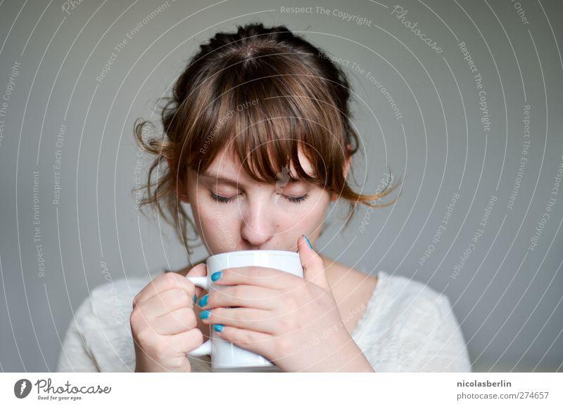 ..MORGEN Jugendliche ruhig Erholung feminin Erotik Leben Wärme Junge Frau Traurigkeit Denken träumen Zufriedenheit Kaffee weich trinken festhalten