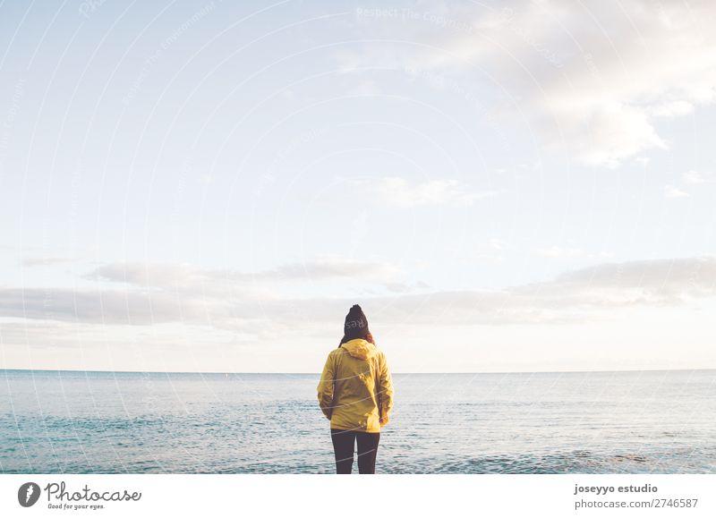 Frau am Strand mit Blick auf den Horizont Lifestyle Leben Erholung Ausflug Freiheit Sonne Winter Sport Sitzung 30-45 Jahre Erwachsene Natur Küste Mode Jacke