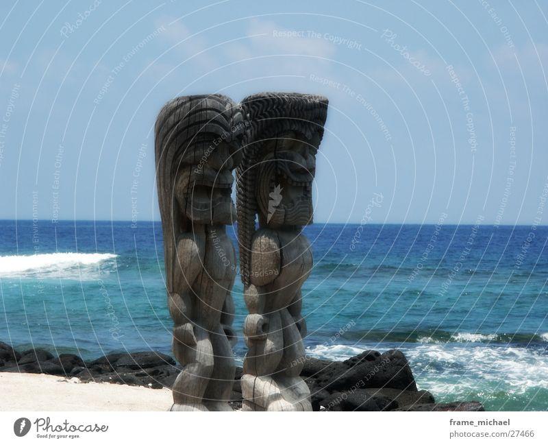 sculptures Skulptur Hawaii Strand Holz Polynesier Statue Küste Wasser