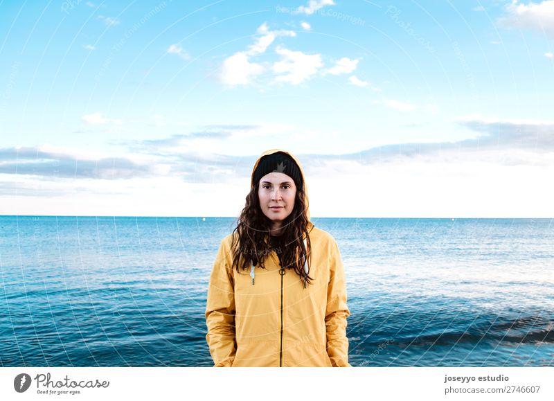 Natur Sonne Winter Strand Lifestyle Erwachsene Leben gelb Sport Küste Textfreiraum Freiheit Mode Ausflug Horizont Lächeln