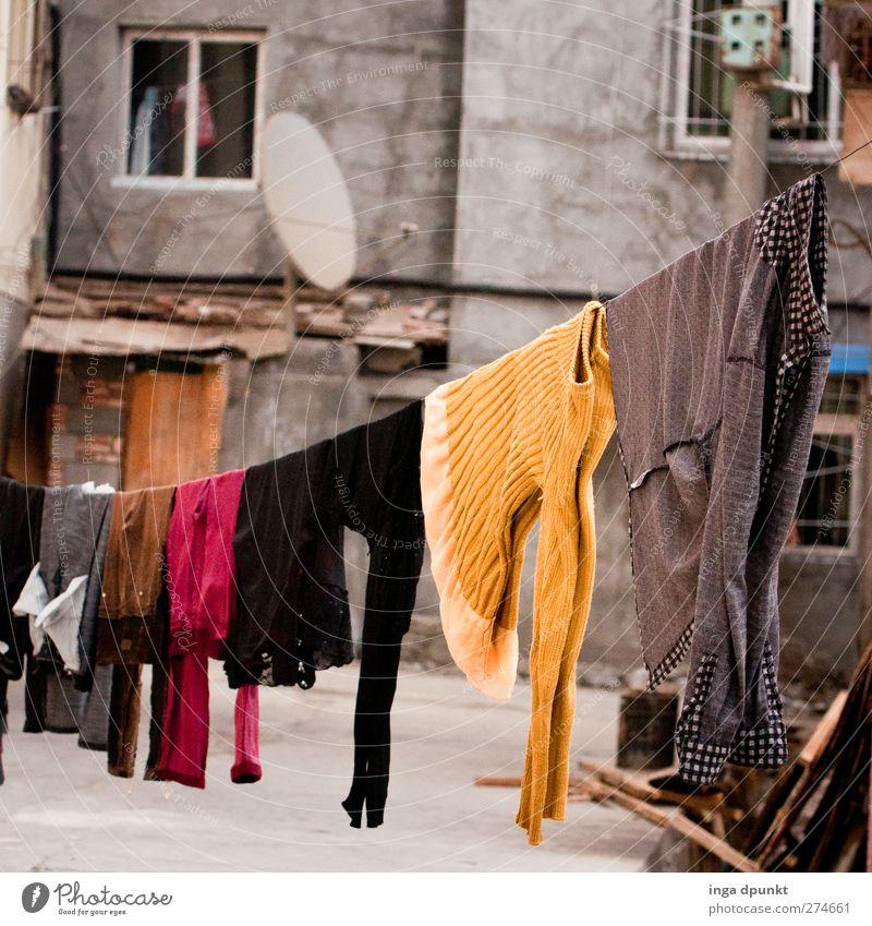 Vorhang auf! Stadt Haus Leben Wand Architektur grau Mauer Gebäude Traurigkeit Armut Hochhaus Häusliches Leben Bekleidung trist Stadtleben Bauwerk