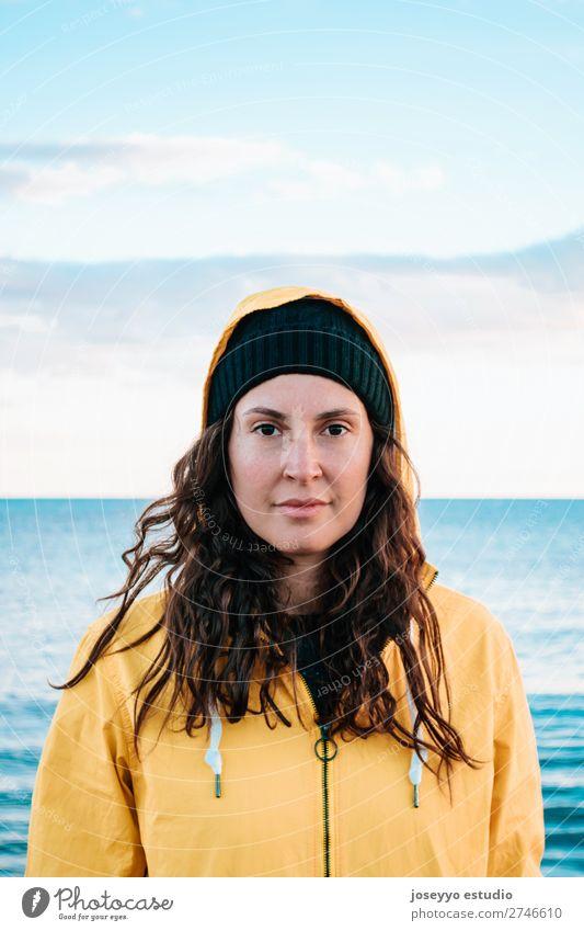 Frau am Strand in Wintwe Lifestyle Leben Erholung Ausflug Freiheit Winter Sport Sitzung 30-45 Jahre Erwachsene Natur Horizont Küste Mode Jacke Mantel Hut