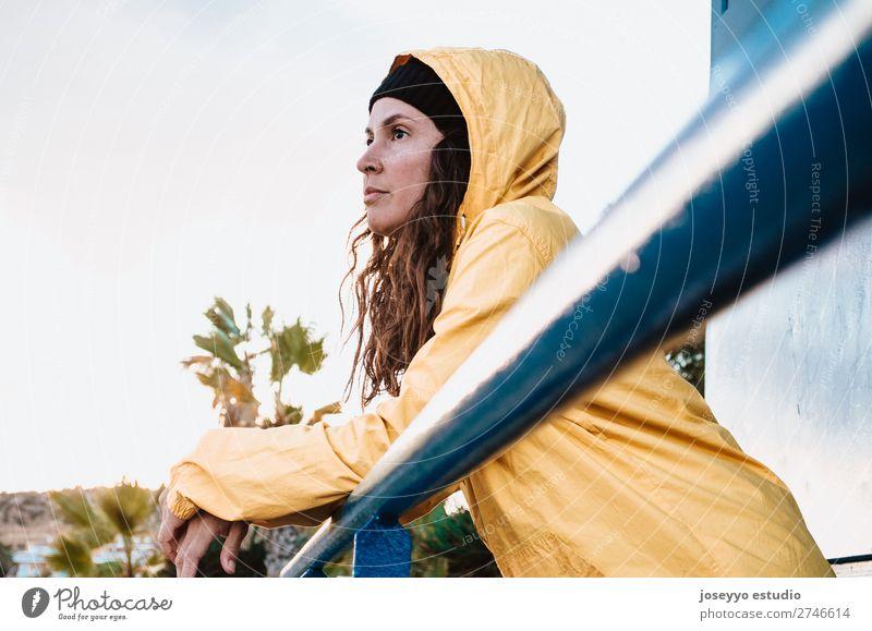 Junge brünette Frau auf einem Rettungsschwimmturm Lifestyle Leben Erholung Ausflug Freiheit Sonne Strand Winter Sport 30-45 Jahre Erwachsene Natur Horizont