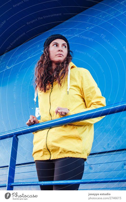 Junge Frau auf einem Rettungsschwimmturm Lifestyle Leben Erholung Ausflug Freiheit Sonne Strand Winter Sport Sitzung 30-45 Jahre Erwachsene Natur Küste Mode