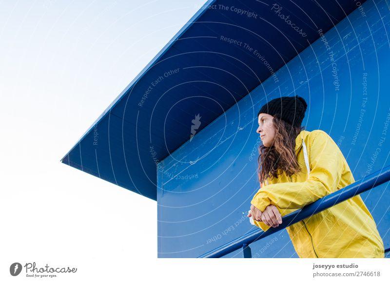 Junge brünette Frau auf einem Rettungsschwimmturm Lifestyle Leben Erholung Ausflug Freiheit Sonne Strand Winter Sport Sitzung 30-45 Jahre Erwachsene Natur