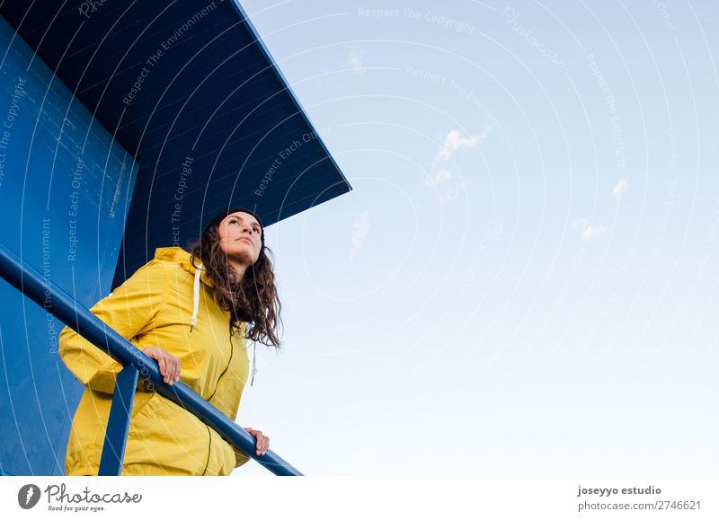 oung brünette Frau auf einem Rettungsschwimmturm Lifestyle Leben Erholung Ausflug Freiheit Sonne Strand Winter Sport Sitzung 30-45 Jahre Erwachsene Natur