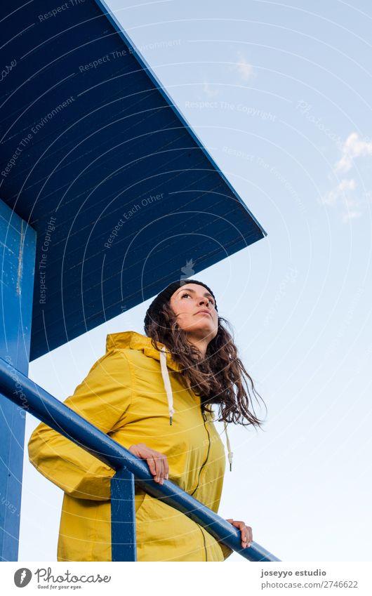 Junge brünette Frau auf einem Rettungsschwimmturm Lifestyle Leben Erholung Ausflug Freiheit Sonne Strand Meer Winter Sport Sitzung 30-45 Jahre Erwachsene Natur