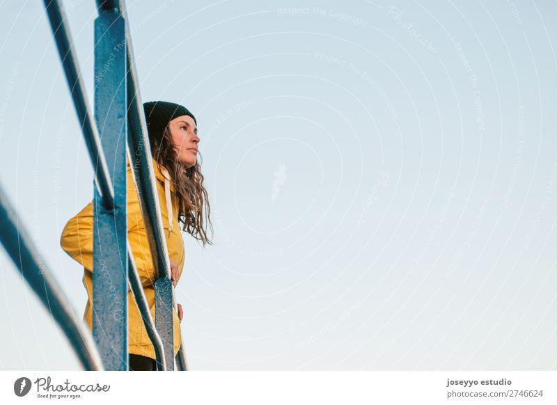 brünette Frau auf einem Rettungsschwimmturm Lifestyle Leben Erholung Ausflug Freiheit Sonne Strand Winter Sport Sitzung 30-45 Jahre Erwachsene Natur Horizont