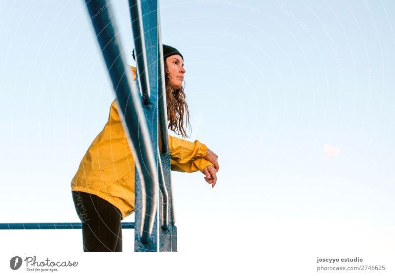 brünette Frau auf einem Rettungsschwimmturm Lifestyle Leben Erholung Ausflug Freiheit Sonne Strand Meer Winter Sport Sitzung 30-45 Jahre Erwachsene Natur