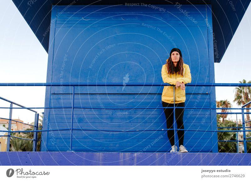 Frau auf einem Rettungsschwimmturm Lifestyle Leben Erholung Ausflug Freiheit Sonne Strand Winter Sport Sitzung 30-45 Jahre Erwachsene Natur Horizont Küste Mode