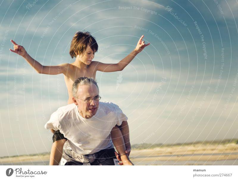 Ferienjob Spielen Vater mit Kind Mann Erwachsene Eltern Familie & Verwandtschaft Kindheit Leben 2 Mensch 8-13 Jahre 30-45 Jahre Himmel Sommer Strand Erholung