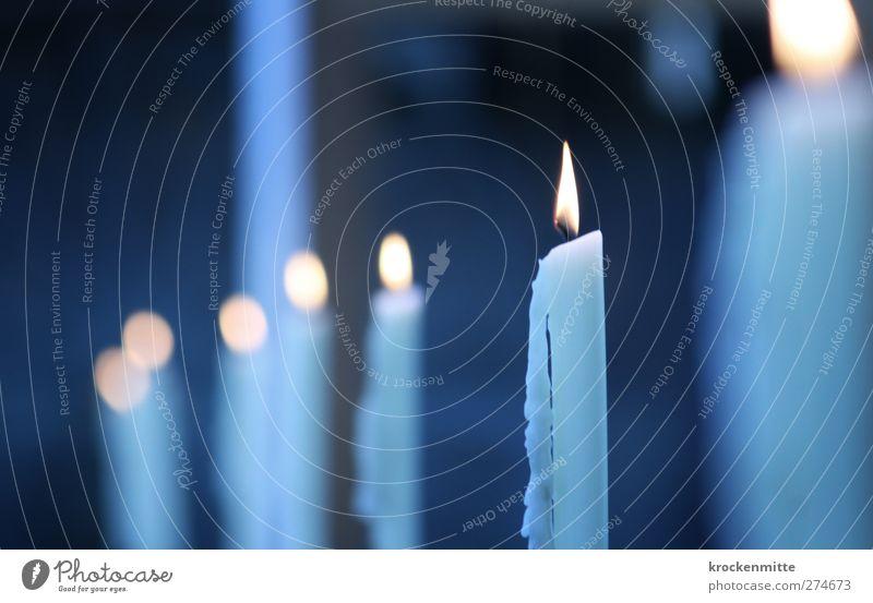 lichterfroh Kerze leuchten blau gelb Stimmung Romantik Weihnachten & Advent brennen Beleuchtung Docht Flackern Kerzendocht kalt Wärme Reihe Licht Kerzenschein