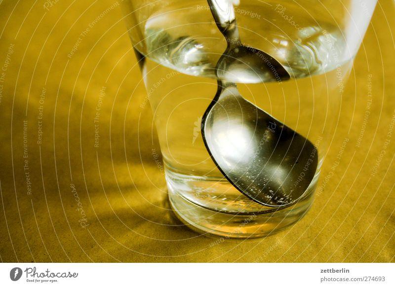 Wasserglas mit Löffel drin Getränk trinken Erfrischungsgetränk Trinkwasser Geschirr Becher Glas Gesundheit Häusliches Leben Wohnung Raum Wohnzimmer