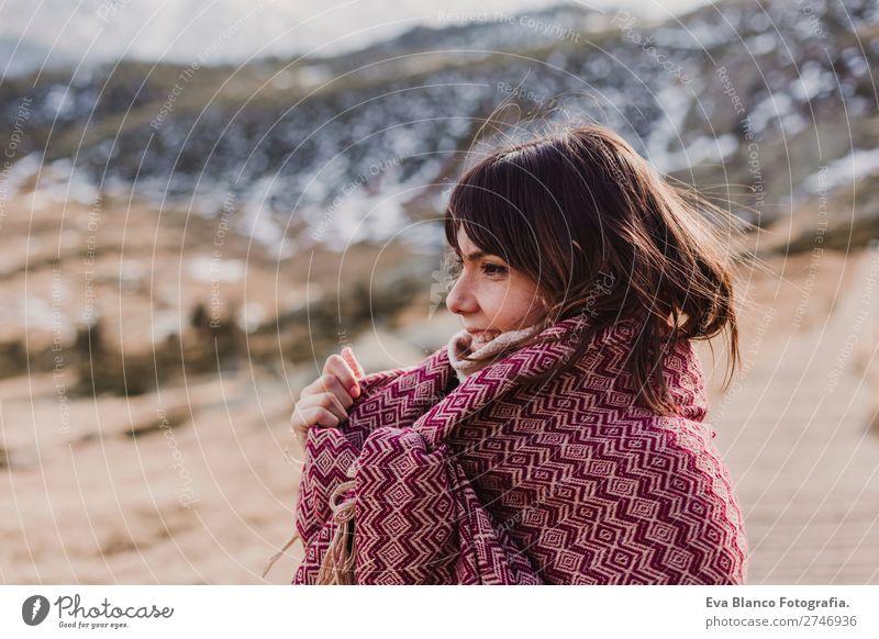 junge Frau, die die Natur im Berg genießt. Lifestyle Freude Glück schön Gesicht Erholung Freizeit & Hobby Ferien & Urlaub & Reisen Tourismus Winter Schnee