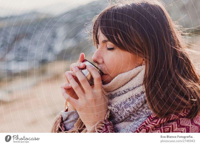 junge Frau in den Bergen, die Heißgetränk trinkt. Getränk trinken Kakao Kaffee Tee Lifestyle schön Gesicht Erholung Freizeit & Hobby Ferien & Urlaub & Reisen