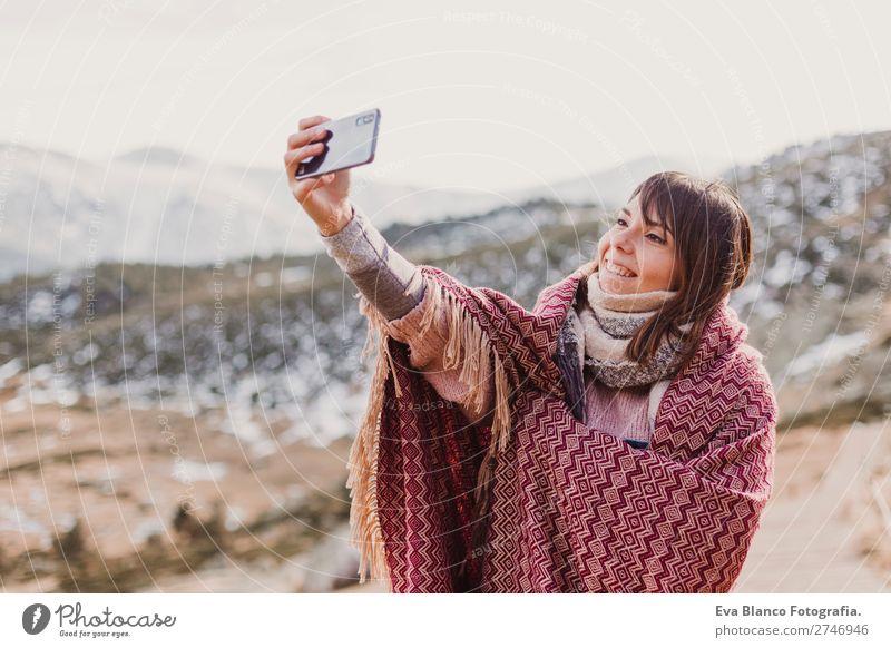 Frau am Sonnenuntergang in der Natur mit dem Handy Lifestyle Glück schön Wellness harmonisch Ferien & Urlaub & Reisen Ausflug Abenteuer Freiheit Winter Schnee
