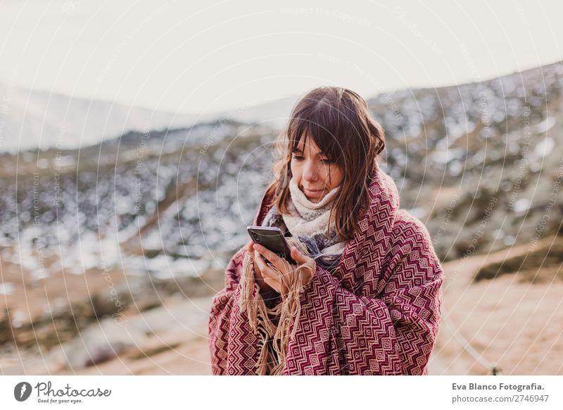 Frau bei Sonnenuntergang in der Natur mit dem Handy Lifestyle Glück schön Wellness harmonisch Ferien & Urlaub & Reisen Freiheit Sommer Strand Meer