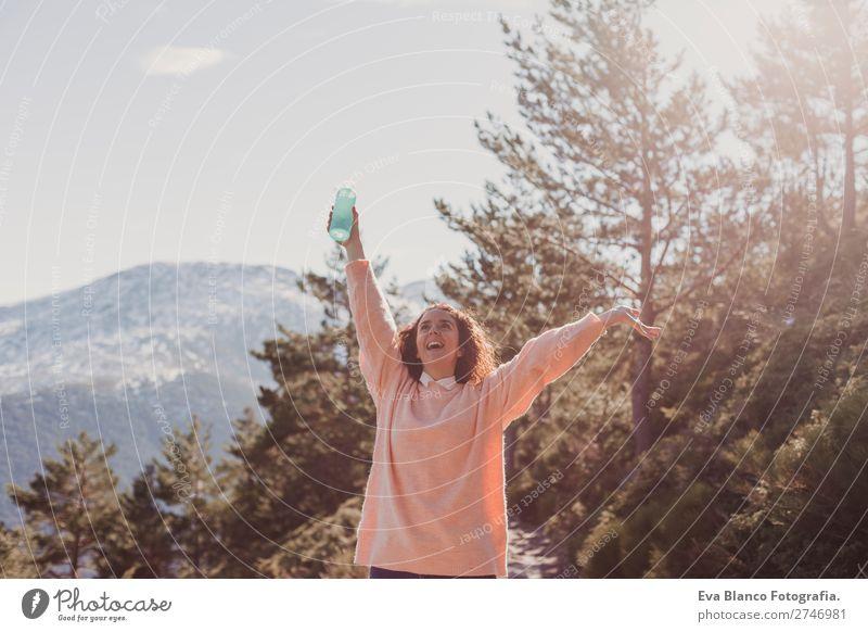 Glückliche Frau am Sonnenuntergang in der Natur Lifestyle schön Wellness harmonisch Ferien & Urlaub & Reisen Freiheit Sommer Strand Meer Berge u. Gebirge Erfolg