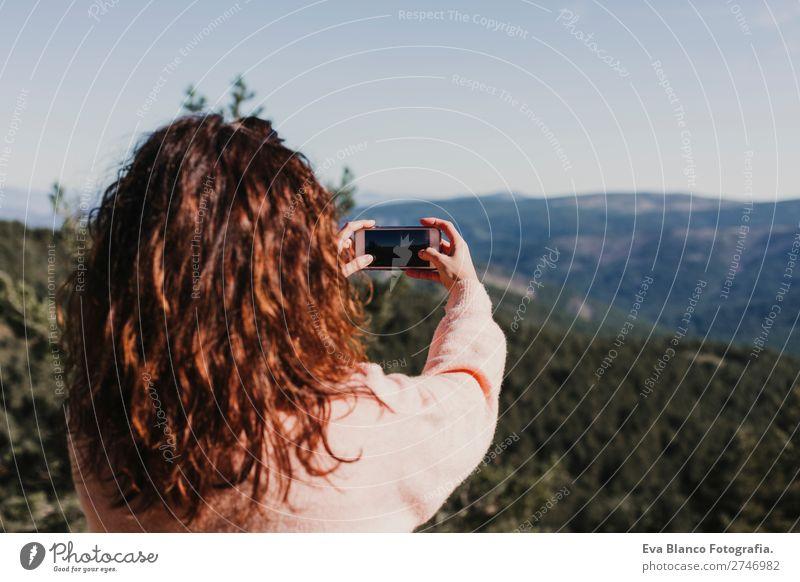 Glückliche Frau am Sonnenuntergang in der Natur mit Handy. Lifestyle Wellness harmonisch Ferien & Urlaub & Reisen Tourismus Freiheit Sommer Berge u. Gebirge