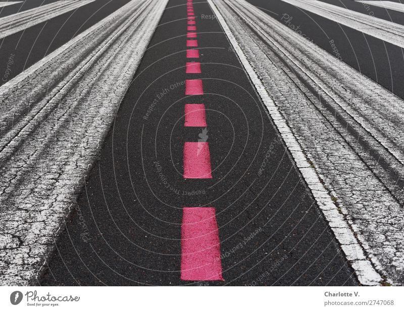 Zentralperspektive Verkehrswege Luftverkehr Landebahn Schilder & Markierungen Linie Streifen dunkel einfach lang rot schwarz weiß ästhetisch Genauigkeit