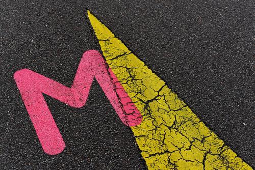 Gib mir ein M! Zeichen Schriftzeichen Schilder & Markierungen Pfeil ästhetisch außergewöhnlich elegant Zusammensein gelb rosa schwarz Beginn bizarr Farbe