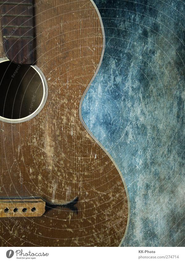 old Guitar blau alt weiß Stadt Spielen Kunst Musik braun Zeit Zufriedenheit dreckig Design ästhetisch Lifestyle kaputt retro