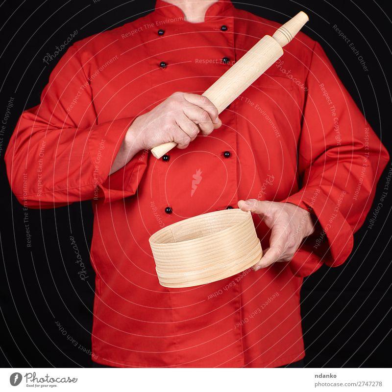 in einem roten Uniformbehälter kochen Stil Küche Restaurant Arbeit & Erwerbstätigkeit Beruf Mensch Mann Erwachsene Hand Bekleidung Hemd Anzug Jacke Sieb Holz