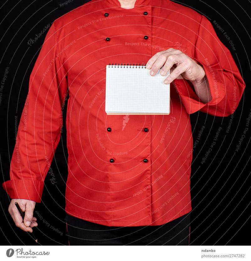 Koch in roter Uniform mit einem leeren Notizbuch. Küche Restaurant Arbeit & Erwerbstätigkeit Beruf Mensch Mann Erwachsene Hand Bekleidung Hemd Anzug Jacke