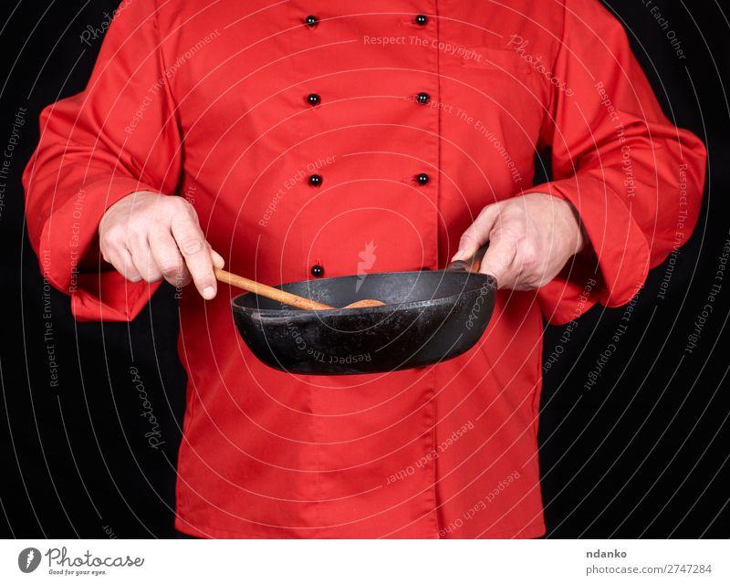 Koch mit einer leeren schwarzen Bratpfanne Pfanne Löffel Küche Restaurant Beruf Mensch Mann Erwachsene Hand Bekleidung rot Gußeisen Kaukasier Küchenchef