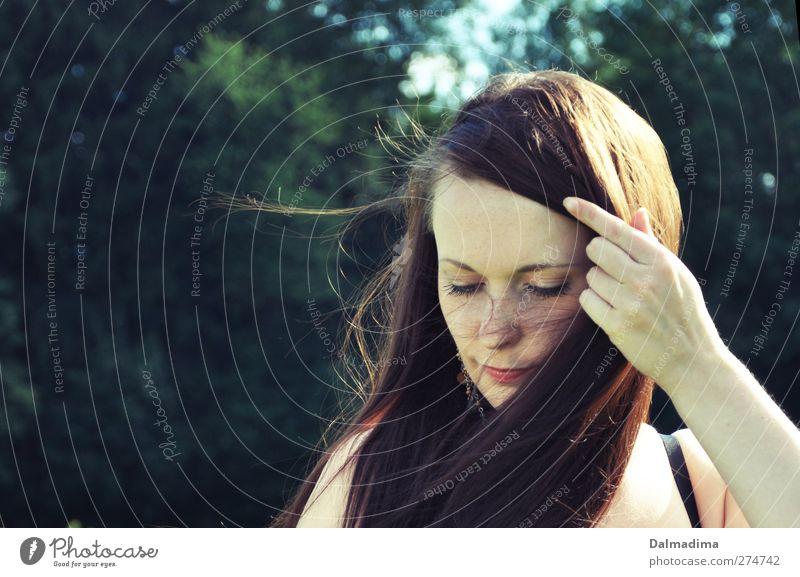 Windig hier schön Haare & Frisuren Gesicht Junge Frau Jugendliche Leben 18-30 Jahre Erwachsene Natur brünett langhaarig Denken träumen grün Gefühle