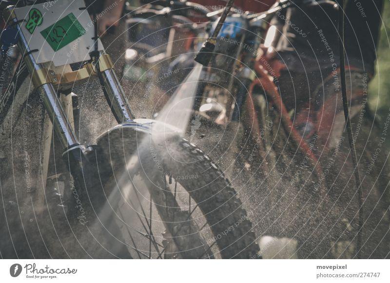 Dirty Boys waschen Ihr Spielzeug Wasser Sport dreckig Reinigen Motorrad Motorsport gewissenhaft Motocrossmotorrad Motorradsportler