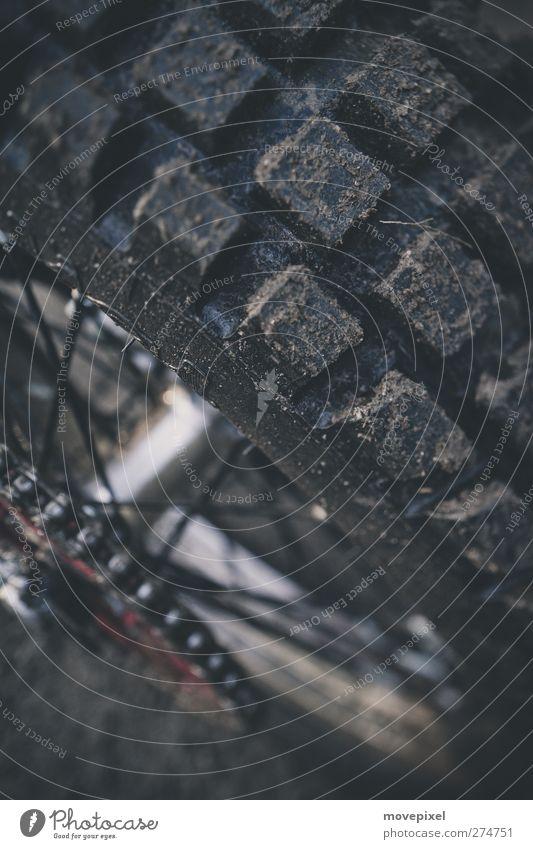 genug Profil? Motorrad Motorradreifen Reifenprofil dreckig nass Speichen Motocrossmotorrad Geländereifen Gummireifen Farbfoto Schwache Tiefenschärfe