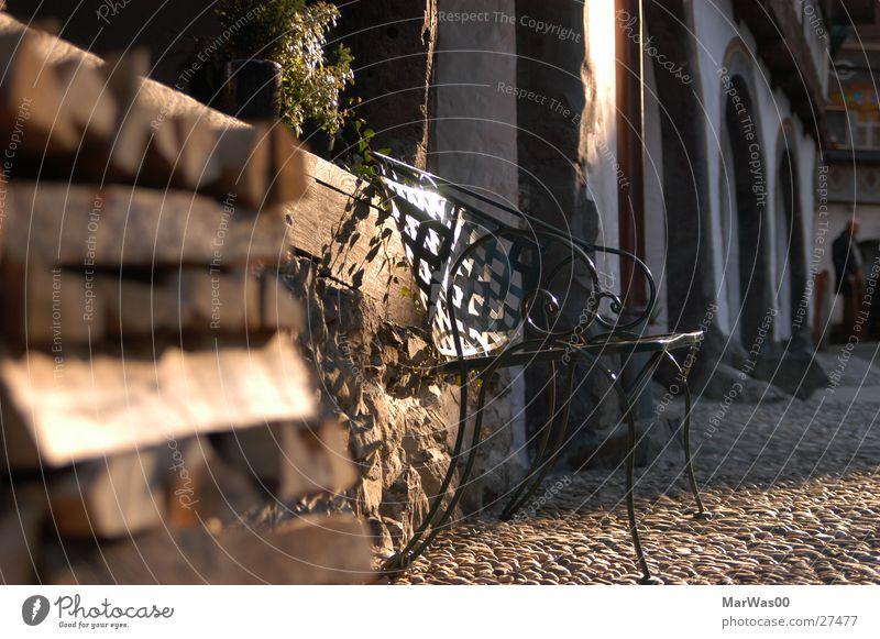 Frühlingssonne Sonne Bodenbelag Bank tief Bogen Brennholz rustikal Stein Holz heimelig Naturstein