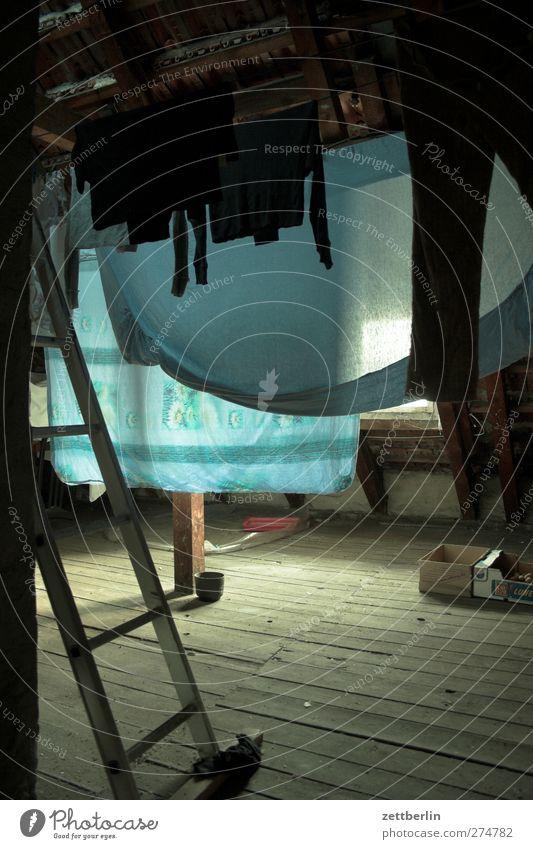 Dachboden Abenteuer Häusliches Leben Wohnung Haus Mode Bekleidung T-Shirt Unterwäsche Stoff dunkel trocknen Wäscheleine Leiter große wäsche Haushalt Farbfoto