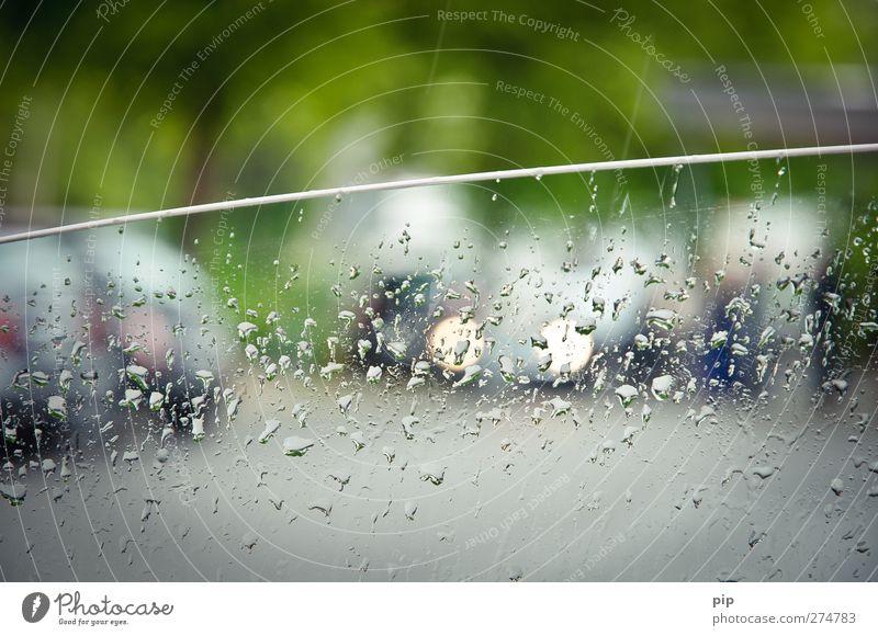 rushschauer schlechtes Wetter Regen Stadt Verkehr Straßenverkehr Autofahren Straßenkreuzung PKW Glas trist grau Langeweile Autofenster offen Wassertropfen