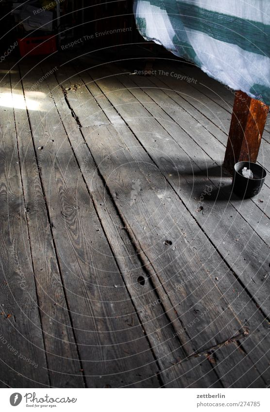 Dachboden again dunkel Wand Holz Mauer Wohnung Häusliches Leben Bekleidung T-Shirt Stoff Wäsche trocknen verwittert Holzfußboden Wäscheleine Bettlaken