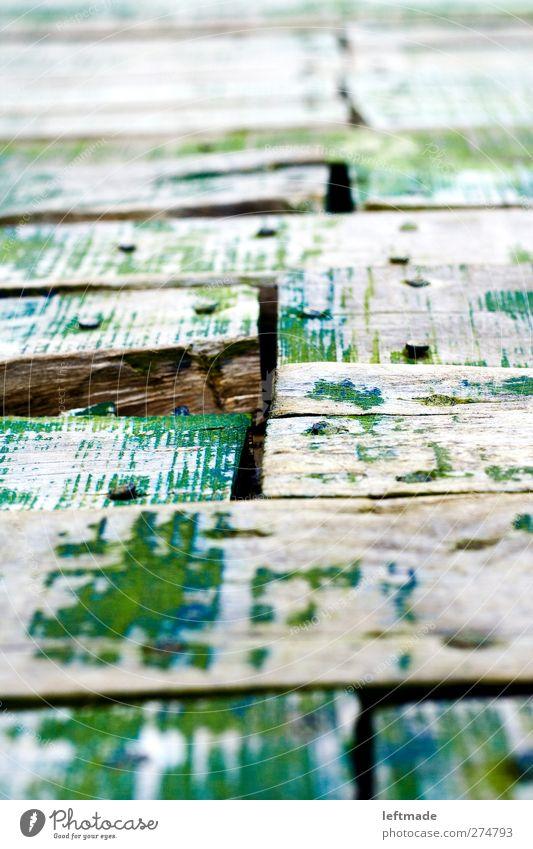 Steg Menschenleer Hafen Wege & Pfade Holz Metall Rost alt eckig kaputt grün anstrengen Verfall Vergänglichkeit Holzbrett Nagel Spalte verwittert Lack Farbfoto