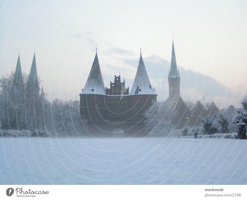 Lübeck im Winter Hanse historisch Holstentor Schnee Wahrzeichen Sehenswürdigkeit Historische Bauten Berühmte Bauten Bekanntheit Textfreiraum unten Hansestadt