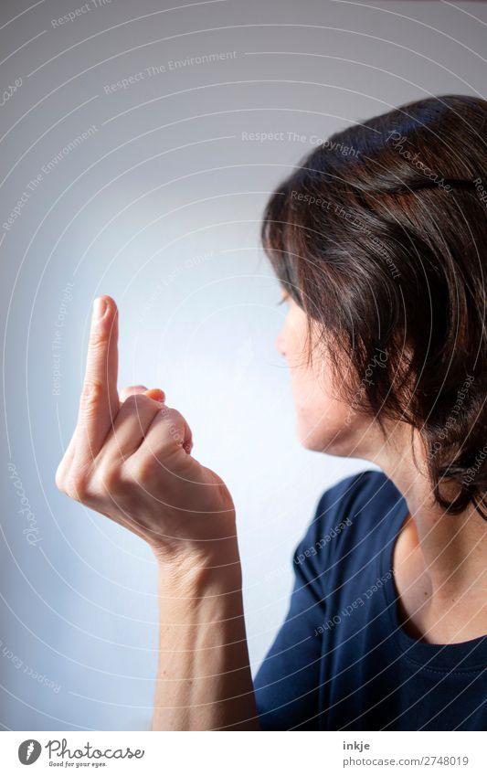 mittlerer Finger der rechten Hand Lifestyle Freizeit & Hobby Frau Erwachsene Leben Oberkörper Mittelfinger 1 Mensch 30-45 Jahre 45-60 Jahre brünett kurzhaarig