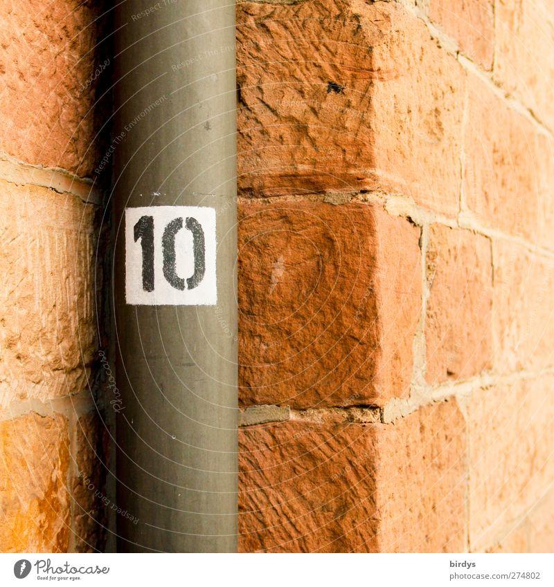 10 Mauer Wand Sandstein Ecke Fallrohr Stein Metall Ziffern & Zahlen authentisch rot Symmetrie Stadt Nische Steinmauer Perspektive Farbfoto Menschenleer